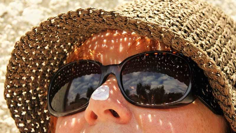 Perbedaan Sunscreen dan Sunblock - Berjemur di Pantai